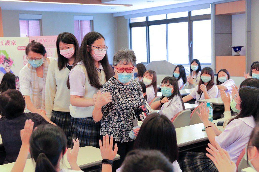年過七旬的大學姊賴盧照美一席話激勵同學,受到學妹們的熱烈回響。 稻江護家/提供