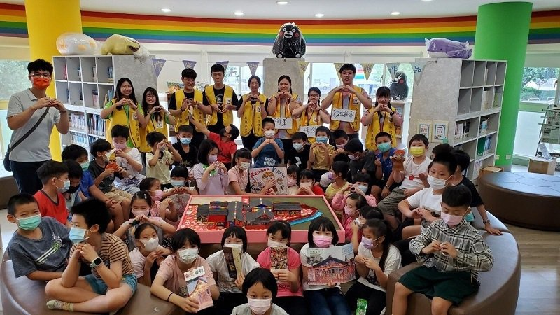嶺東中學學生和春安國小學生一起宣誓守護彩虹眷村。 嶺東中學/提供