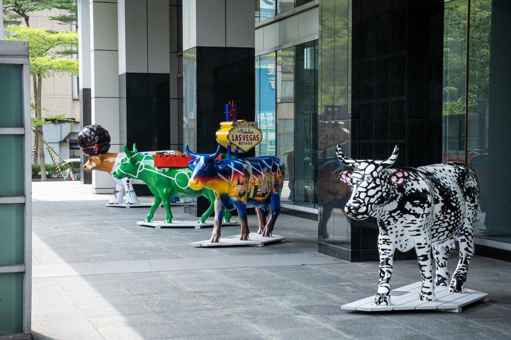 富邦金融中心同步設有七座藝術牛裝置,為台北街區帶來不一樣的活力與面貌。富邦藝術基...