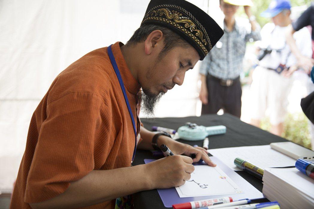 現場將請專業老師為民眾撰寫美麗的阿拉伯文書法祝福。 主辦單位/提供
