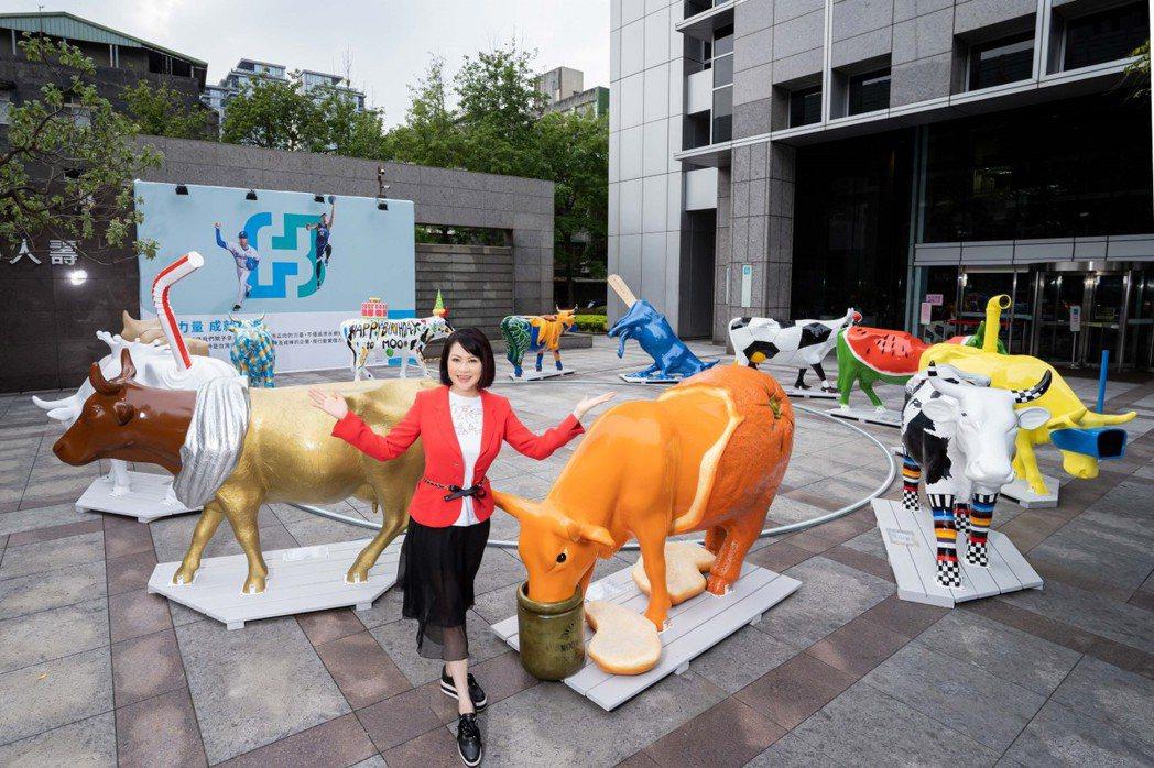 富邦藝術基金會執行長翁美慧引領策展團隊,於富邦60周年之際引進全球24頭藝術牛,...