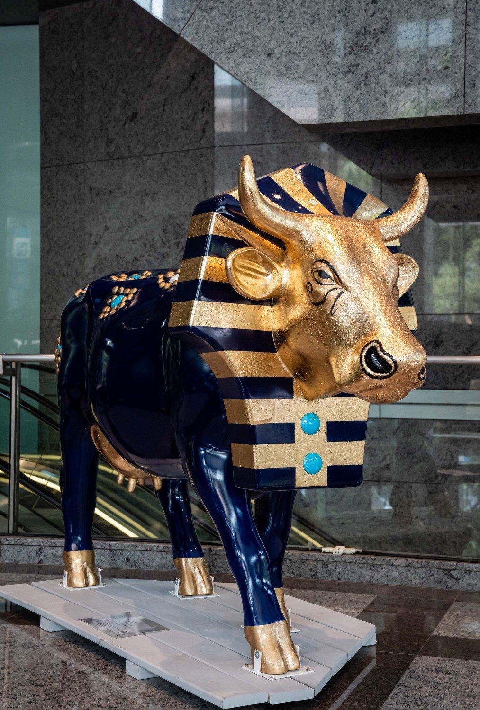 富邦藝術基金會自紐約引進「圖坦考門牛」藝術牛裝置,以埃及法老為設計藍本,海軍藍色...