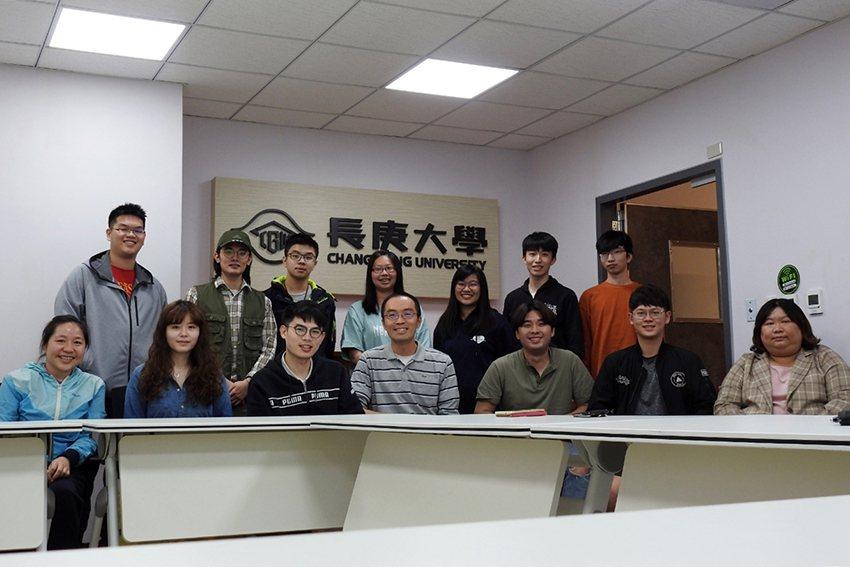 長庚大學教授崔博翔在(前排中)帶領團隊長期致力於超音波散射分析技術研究。 長庚大...