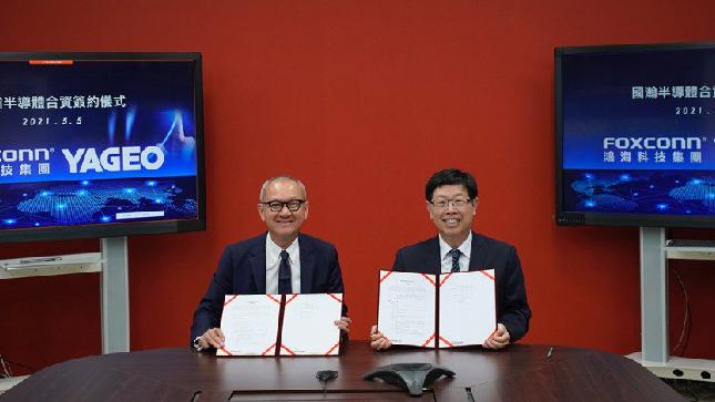 國巨集團董事長陳泰銘(左)與鴻海科技集團董事長劉揚偉,簽署合資公司成立的合約協議...