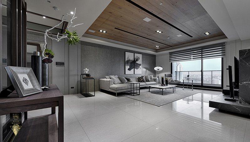 ▲沙發背牆選用深灰色實木貼皮噴漆,與深色的大理石電視牆相對,加上不同明暗的灰色系軟裝,呈現暈染般的豐富層次。木板拼製的天花板,平衡環境中的灰冷調,更添空間紋理豐富度。