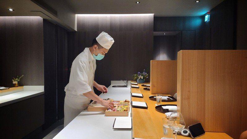 疫情中牡丹天ぷら,特別訂製木隔板確實拉開各組用餐客人間的距離。圖/梁旅珠提供
