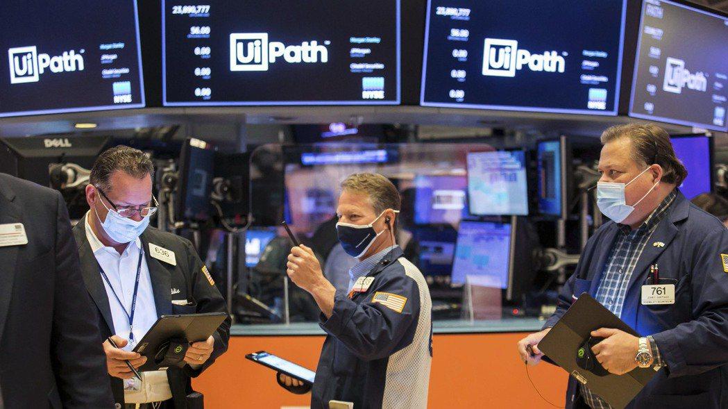 美股那斯達克指數跌近2%,投資人拋售大型成長股,紛紛湧入防禦性更高的類股以求避險...