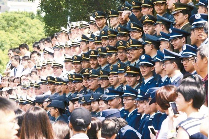 國防部提出將在軍校生畢業前18周,先行安排赴部隊進行實習見學。圖/本報資料照