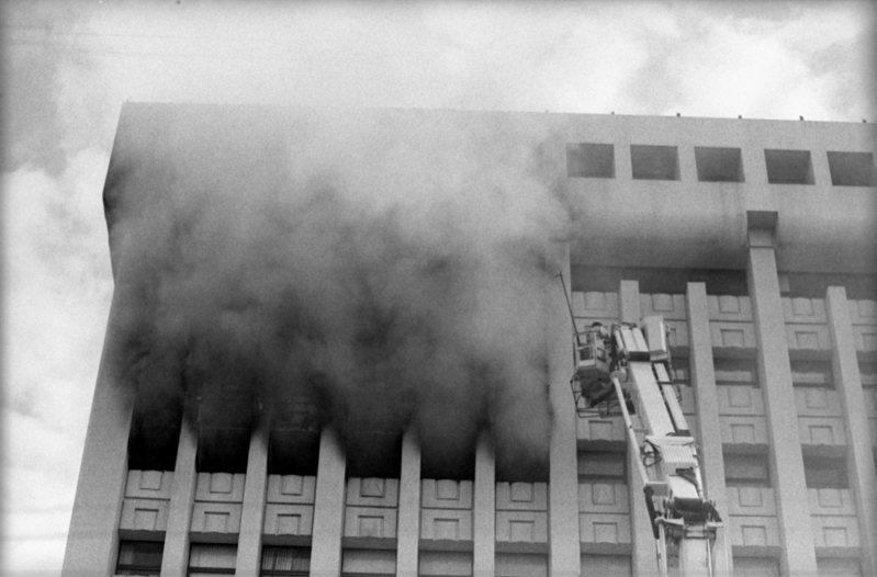 台北市敦化北路台塑大樓十樓的外貿協會凌晨發生火災,消防隊員在現場搶救情形。圖/聯合報系資料照片