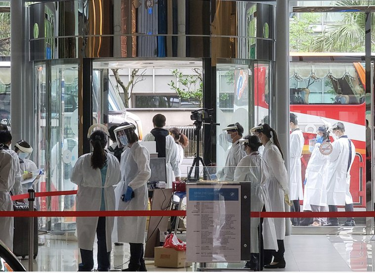 華航與防疫旅館的群聚讓國人再度陷入染疫恐慌中。本報資料照片