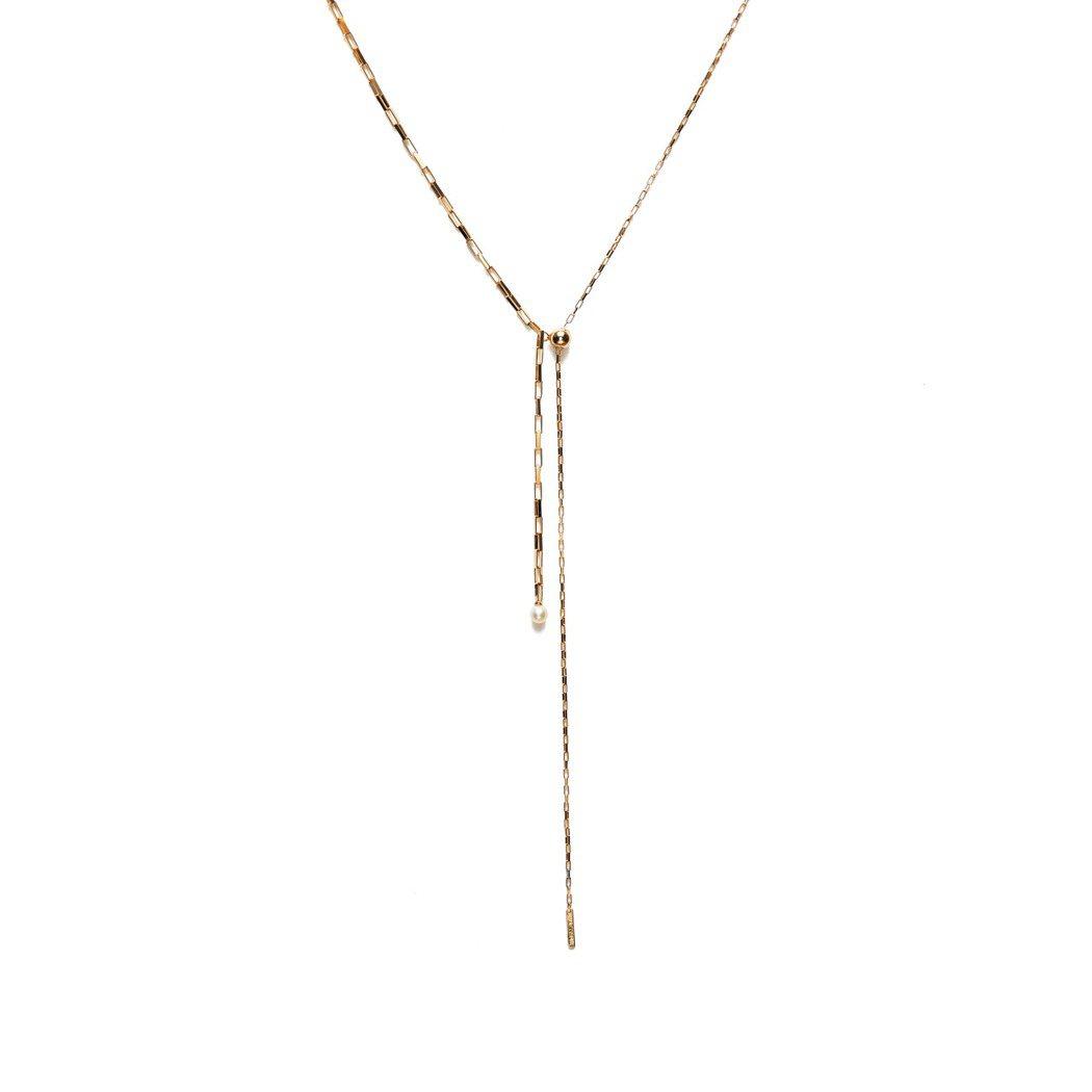 簡約鏈結子母長項鍊,以一大一小鍊結的長鍊左右拼接,象徵媽媽與小孩的溫柔羈絆。圖/...