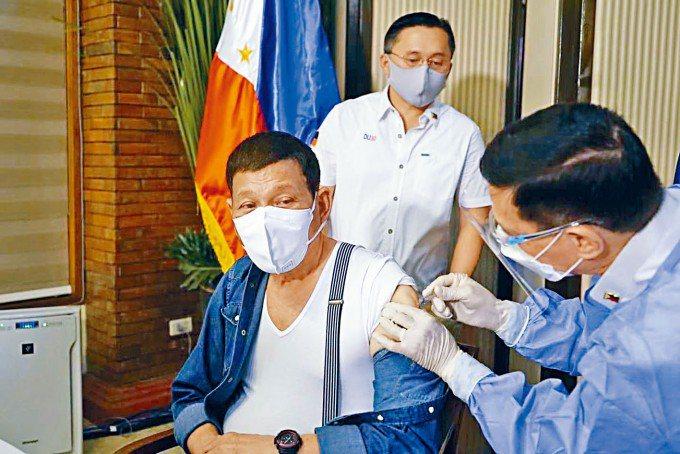 菲律賓總統杜特蒂接種了中國新冠疫苗。(星島日報)
