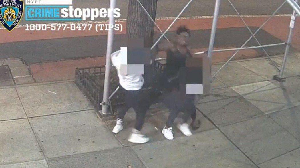 根據紐約警方公布的監視器畫面顯示,非裔女要求泰瑞莎脫口罩遭拒絕後,突然拿起手上的...
