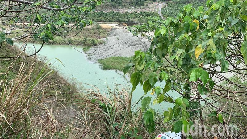 台南市楠西區曾文溪二號橋下一處潭水,今年成了芒果樹的救命水。記者吳淑玲/攝影