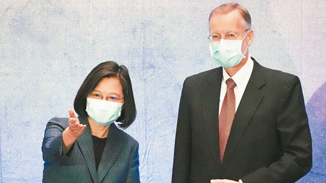 蔡英文總統(左)與美國在台協會(AIT)台北處長酈英傑(右)。記者曾吉松/攝影