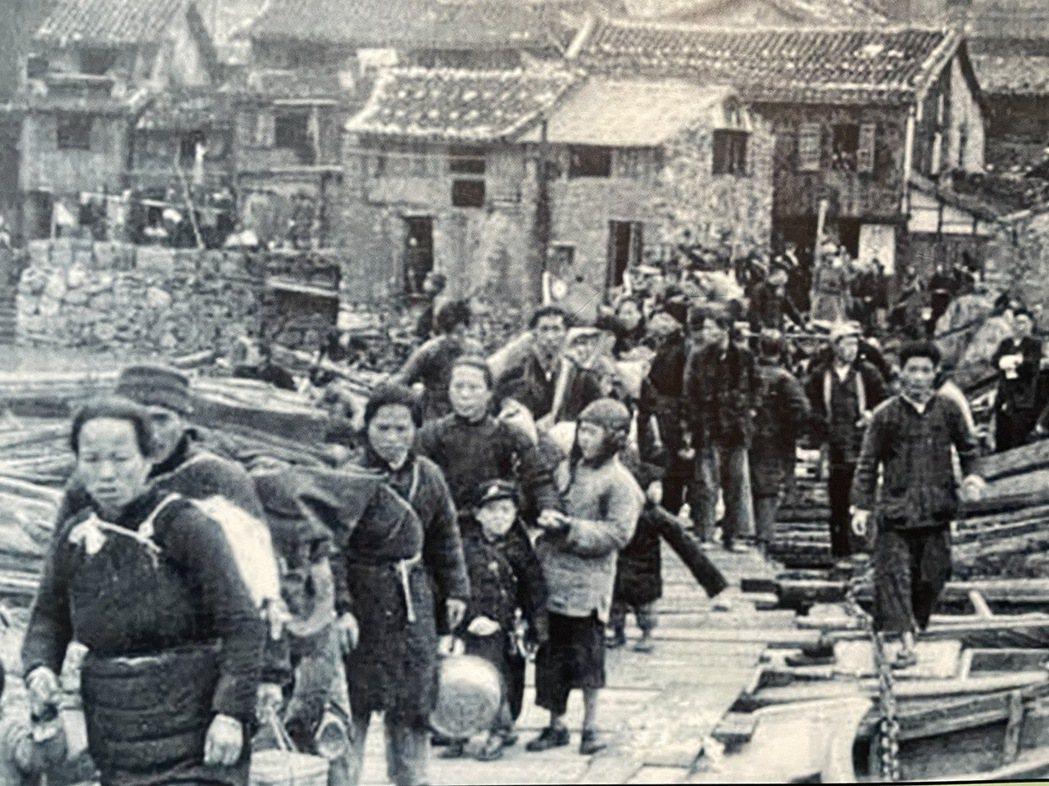 1955年1月8日至12日在美國第七艦隊協助下,國民政府將大陳島上約1.8萬名官...