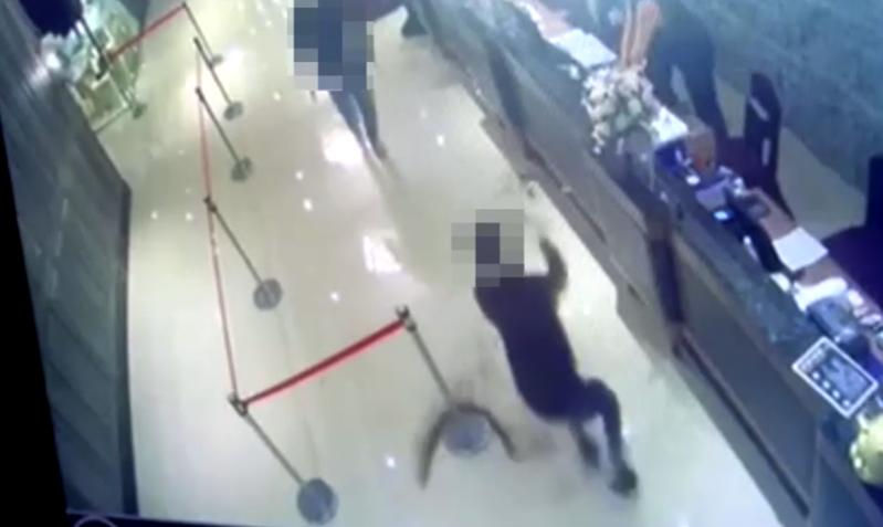 2名男子在台北市中山區新生北路二段餐廳「鉅星匯」潑蟑螂。記者蔡翼謙/翻攝