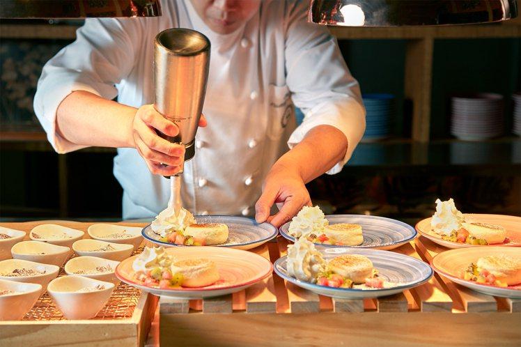 十二廚現做的舒芙蕾厚鬆餅,大受好評。圖/台北喜來登大飯店提供