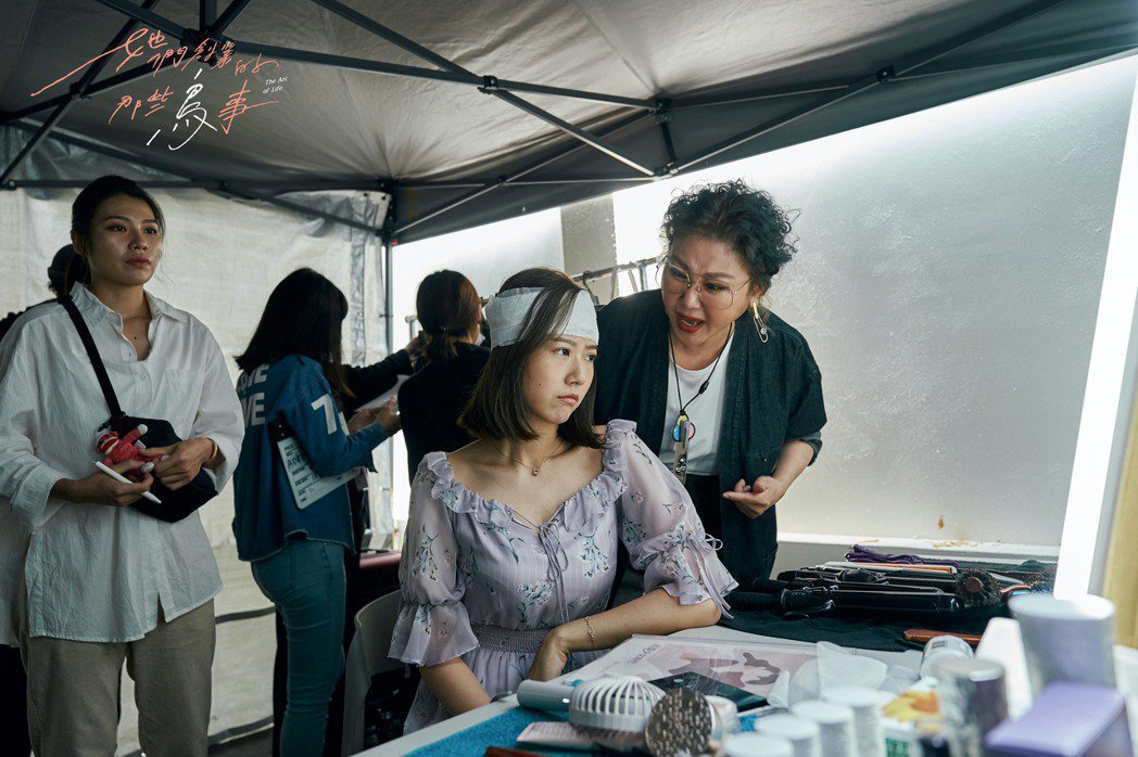 藍心湄(右)在「她們創業的那些鳥事」中詮釋能屈能伸的戲劇製作人。圖/八大提供
