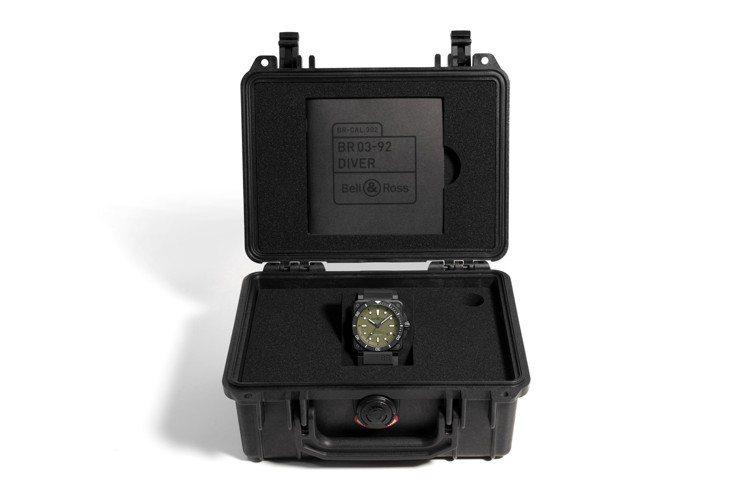 BR 03-92 Diver Military的特製表盒,宛如迷你、隨身的軍用火...