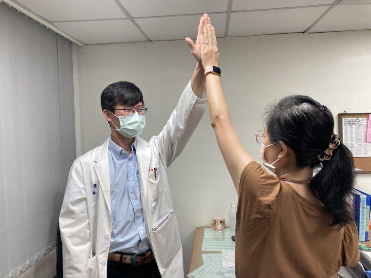 林昱成醫師以「關節授動術」改善五十肩,林小姐終於可以舉起手擊掌。圖/南投醫院提供