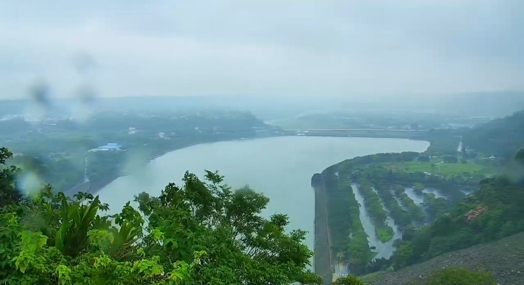 石門水庫壩頂中午陰雨天,但是集水區降雨並不顯著。圖/桃園市觀旅局即時影像