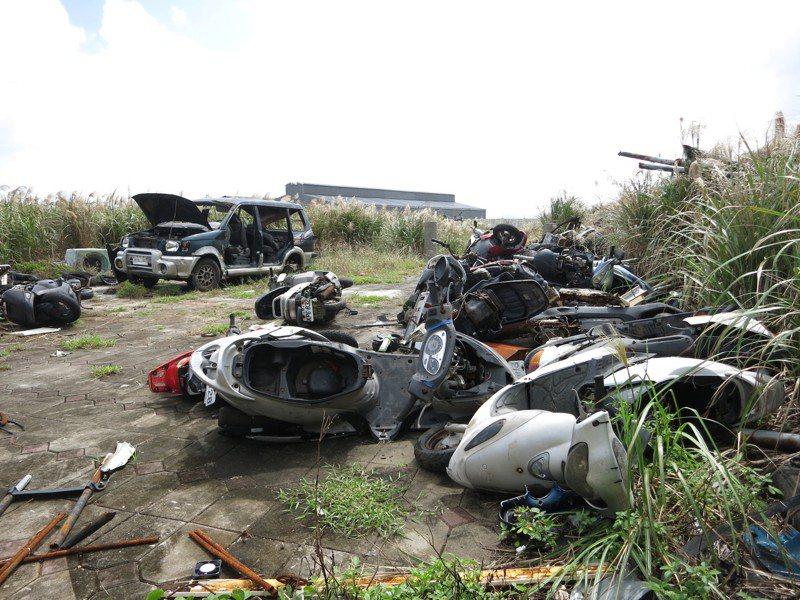 蘭嶼島上的廢棄汽機車無處可去,若用船運回台灣處理,則要面臨昂貴運費。圖/聯合報資料照片