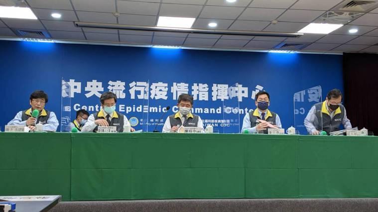 中央流行疫情指揮中心今召開臨時記者會說明最新疫情,左起疫情監測組組長周志浩、專家...