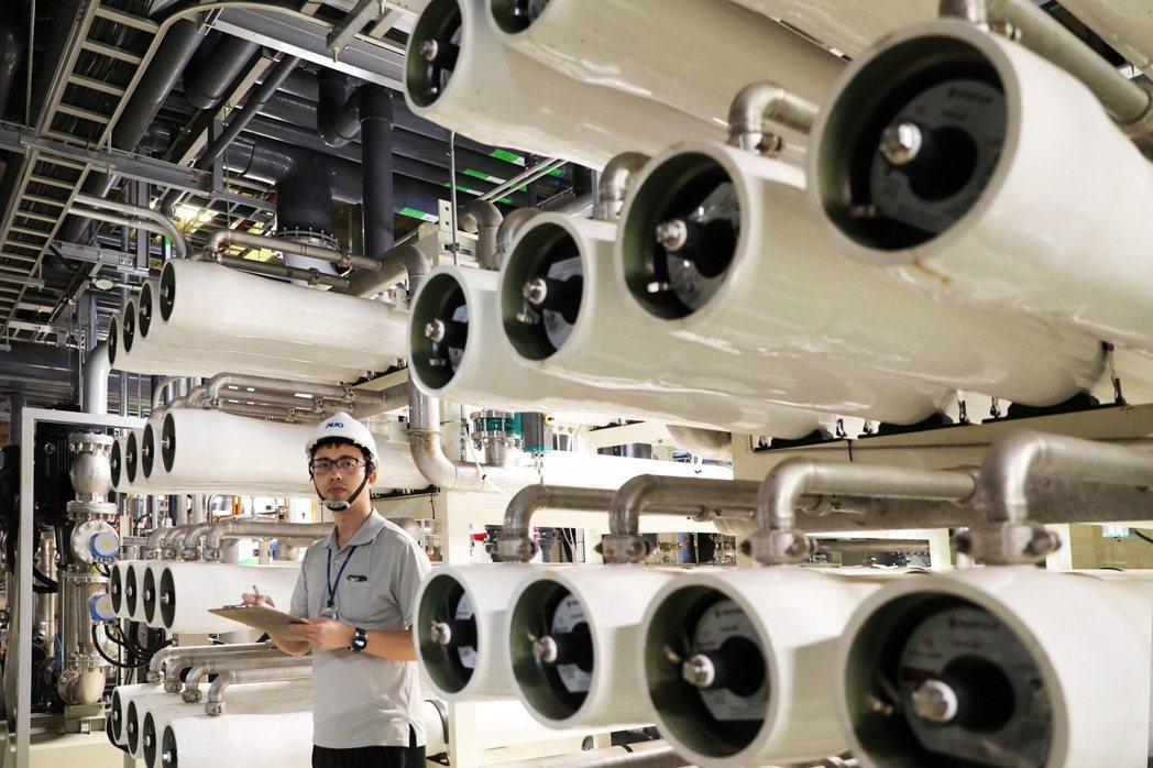 友達致力提升產能的同時,整體製程水回收率亦達到近95%,兼顧競爭力與環境共生。圖...