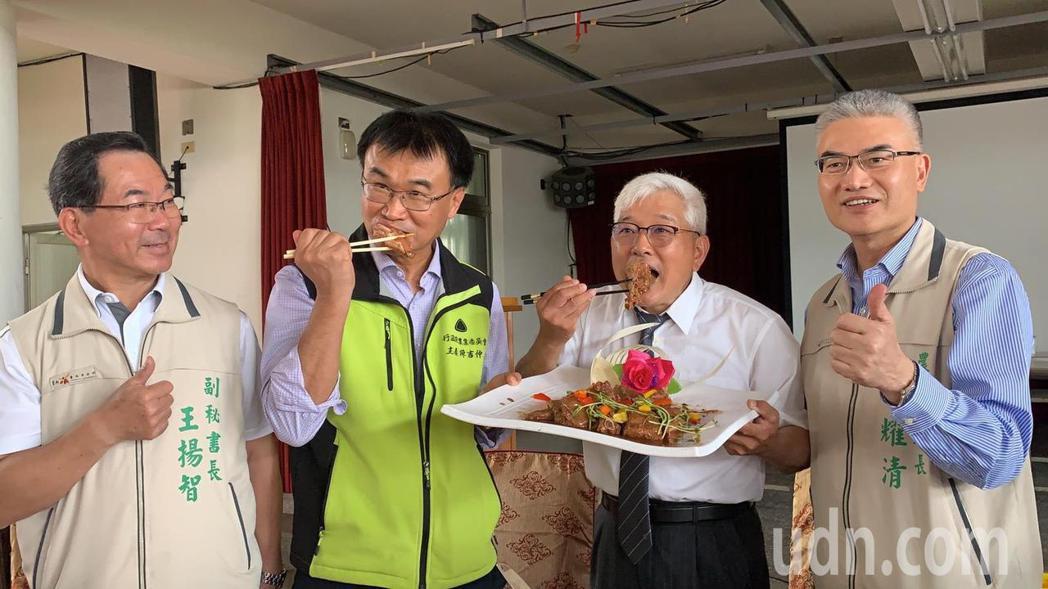 農委會陳吉仲(左二)今天出席台南市養豬協進會會員大會,大啖豬肉,強調會穩定豬價照...