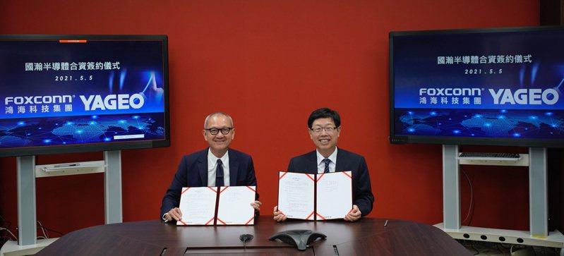 國巨集團陳泰銘董事長(左)與鴻海科技集團劉揚偉董事長,簽署合資公司成立的合約協議。 圖/鴻海提供