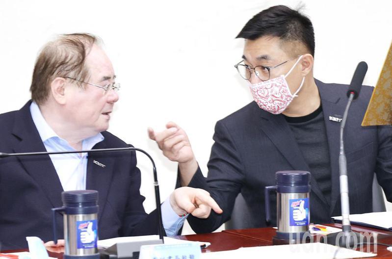 國民黨昨天舉行中常會,討論「國民黨主席選舉作業細則」。黨主席江啟臣(右)與秘書長李乾龍(左)在會中交換意見。記者杜建重/攝影