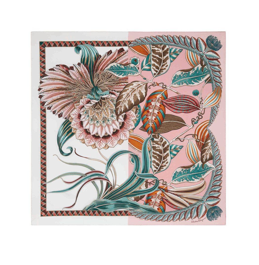 粉色印花造型絲巾,15,500元。圖/Salvatore Ferragamo提供