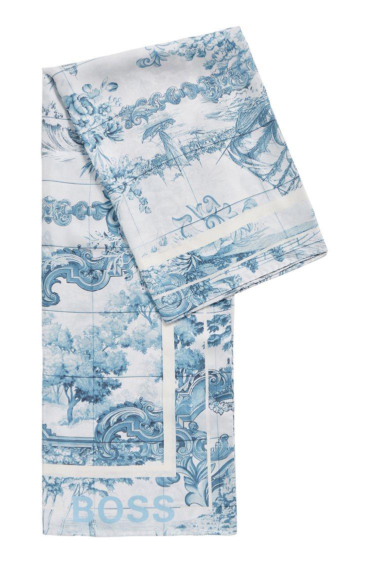 仿青花瓷古典印花絲巾披肩,8,900元。圖/BOSS提供