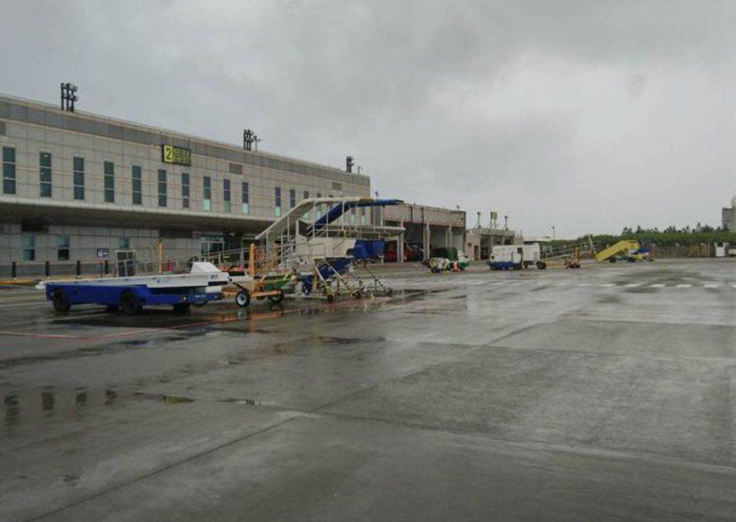 澎湖馬公機場中午發生軍機衝出跑道意外。本報資料照片