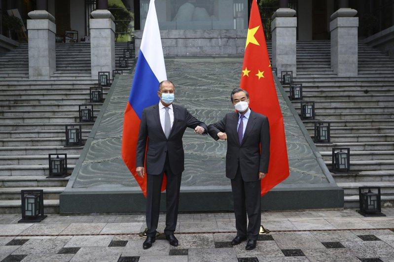 今年3月美中雙方唇槍舌劍的阿拉斯加會談後,俄國外長拉夫洛夫(左)3月22日在北京與大陸外長王毅會談,宣布共同捍衛國際正義秩序。美聯社