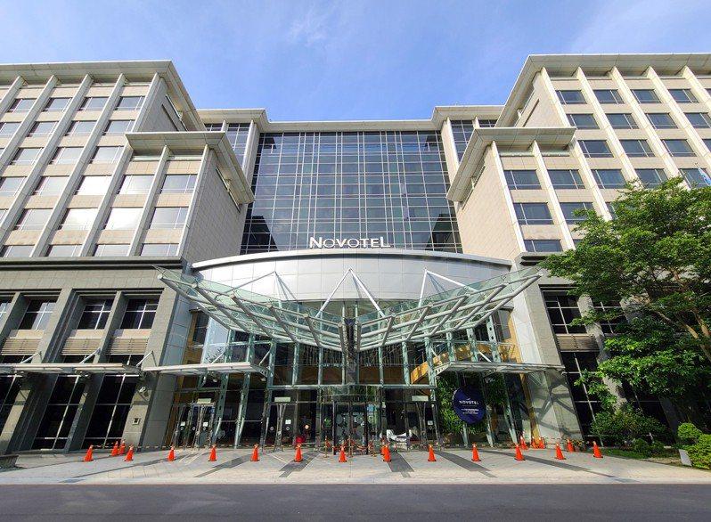 華航機師及諾富特飯店群聚疫情擴大,該飯店作為防疫旅館卻也可同時接一般客,引發爭議。記者鄭超文/攝影