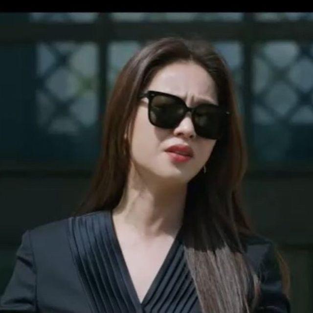 全汝彬在嗆聲政客時,身穿俐落優雅的韓牌JAYBAEK COUTURE裙裝搭配GE...