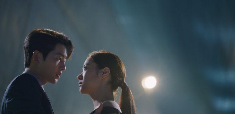 宋仲基和全汝彬在最後一集將love line開展到極致,在東大門設計廣場熱烈擁吻...