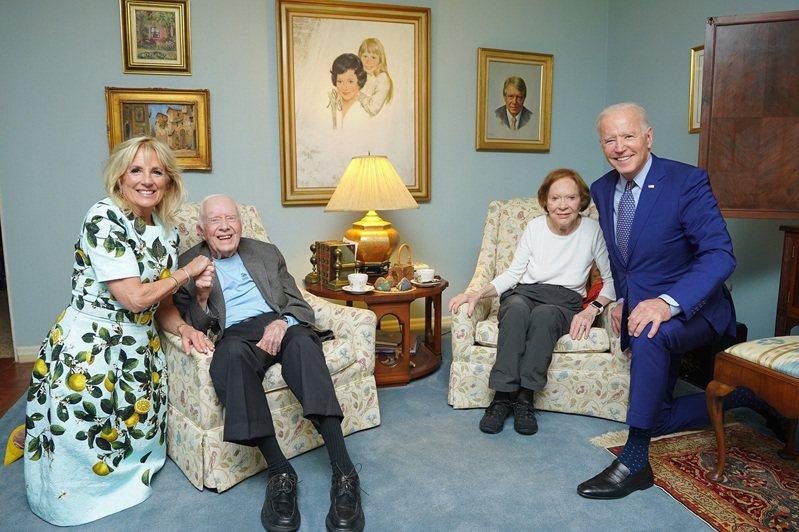 美國總統拜登夫婦4月29日赴喬治亞州造勢,同時順道拜訪前總統卡特夫婦,4人合照卻在社群媒體引發好一陣議論。美聯社