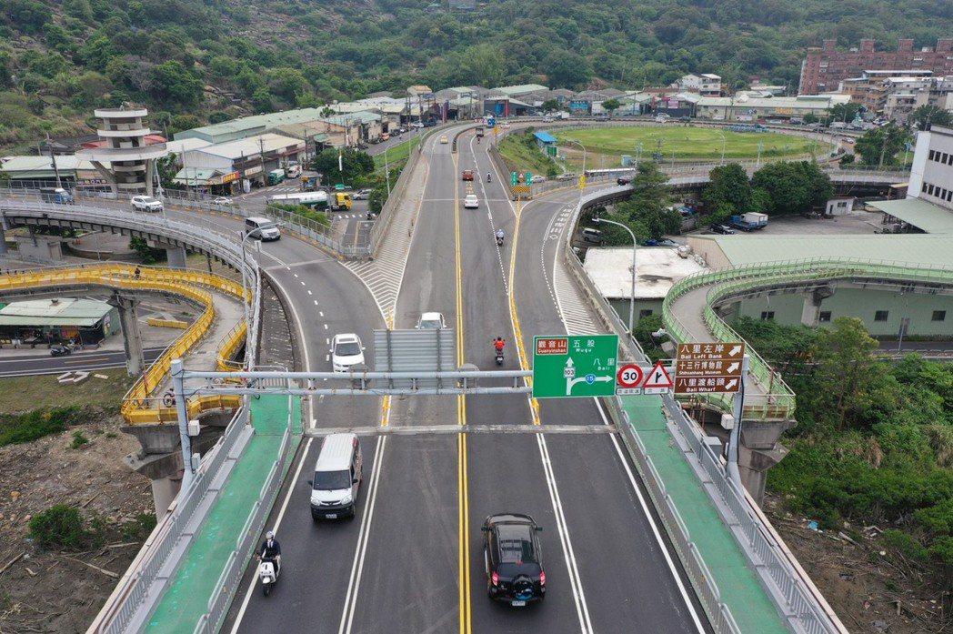 公路總局5月2日在淡水關渡大橋設置彈性護欄,實施出口分隔分流措施,但才完工啟用就...