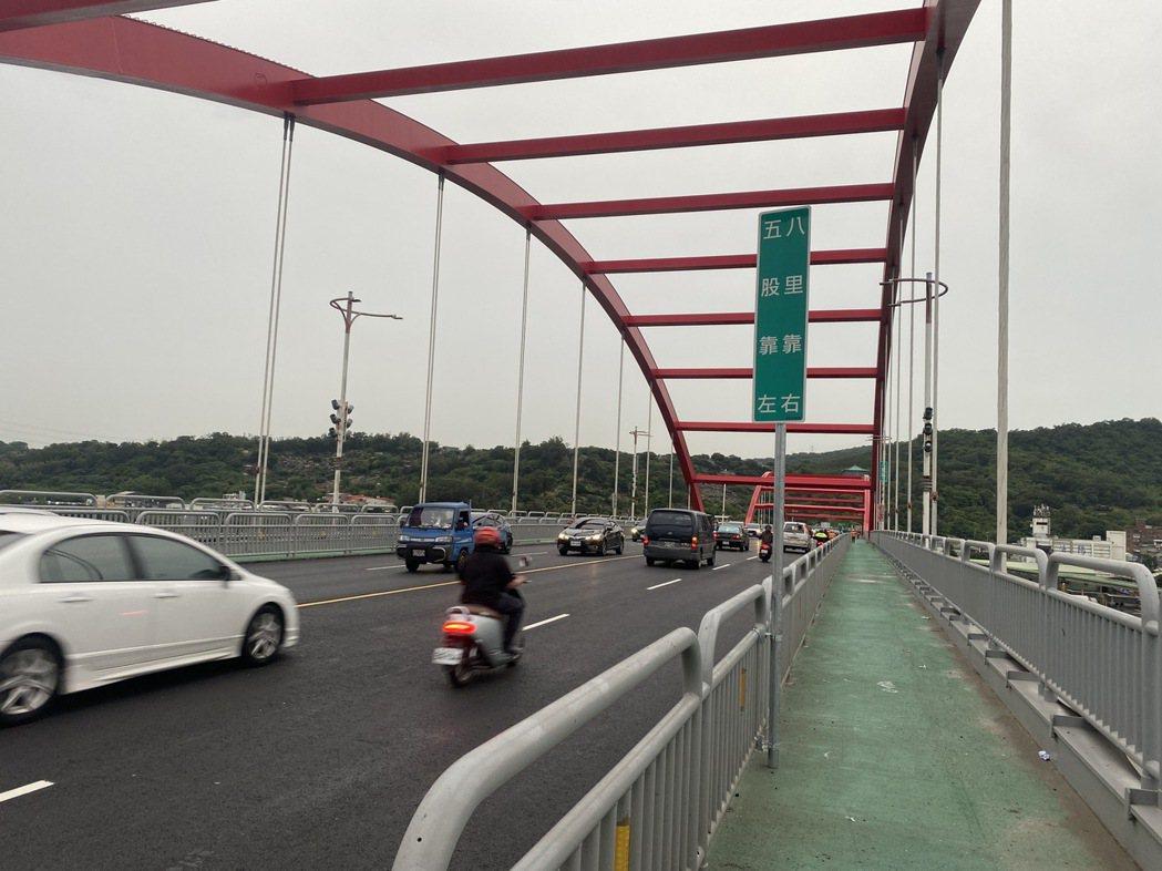 公路總局表示,已補強橋面、地面分流標字及預告指示標誌等相關告示。圖/公路總局提供