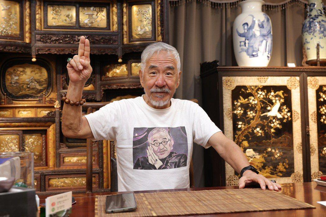 孫情秀出他的多年收藏品。記者李政龍/攝影