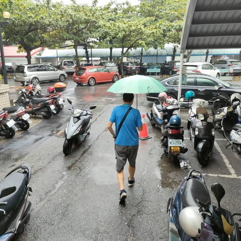 中央氣象局今天針對3縣市發布大雨特報,其中台東市區下午3點55分響起今年第一聲雷鳴,並伴隨雨勢。記者尤聰光/攝影