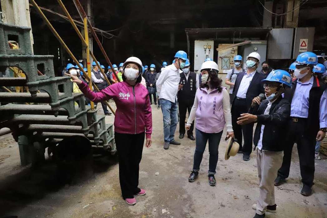 雲林縣長張麗善(左)會勘北港糖廠倉庫群。圖/雲林縣政府提供