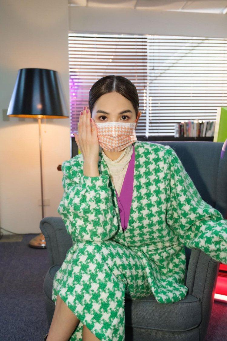 ELLA(陳嘉樺)配戴「千鳥飛飛」款口罩。圖/娛樂無限公司/勁樺娛樂提供