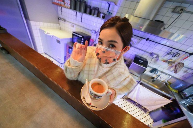 ELLA(陳嘉樺)配戴「三角黑橘」款口罩。圖/娛樂無限公司/勁樺娛樂提供