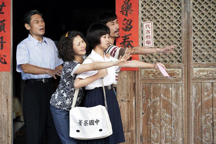 「俗女養成記2」 中的「小嘉玲」長大了,夏靖庭(左起)、于子育、吳以涵、陳竹昇上...