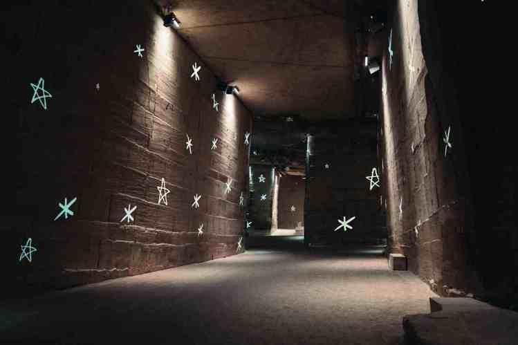 香奈兒2021/22 Cruise度假系列場景選在普羅旺斯的光影採石場,天然的石...