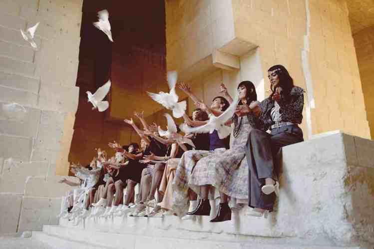在秀的最後,模特兒們一字排開放飛白鴿,傳遞出希望與和平安穩的期許。圖/香奈兒提供